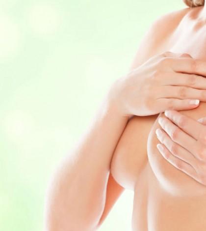 mujer-desnuda-tocando-su-seno-izquierdo